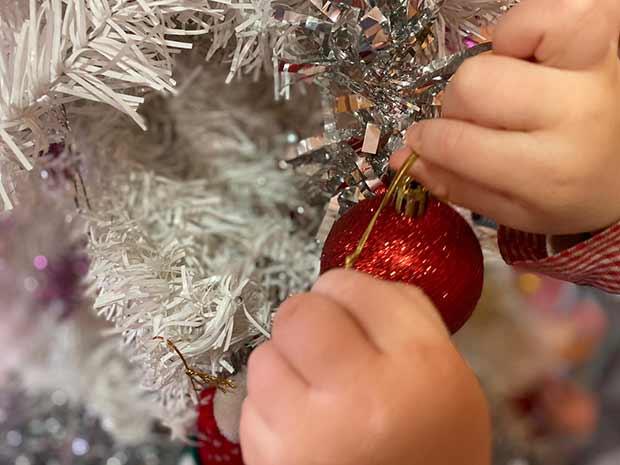 Colaborando juntos en nuestro árbol de Navidad